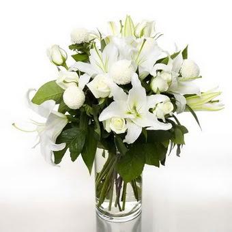 Balıkesir çiçek gönderme sitemiz güvenlidir  1 dal cazablanca 7 adet beyaz gül vazosu